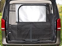 La persiana de la ventan del portón trasero de serie se puede bajar y fijar en el FLYOUT si el portón trasero está abierto.