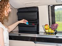 El bolso abajo es almohadillado contra ruido y tiene lazos de apoyo de goma elástica para tarros habituales de especia.